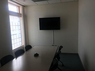 Table and screen in the Simmons Collaboration Room